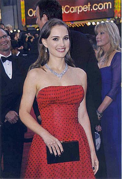 Натали Портман очаровала всех, появившись на церемонии вручения «Оскара» в алом дизайнерском платье в мелкий горох